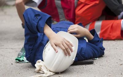 עובד פגוע על הרצפה - תאונות עבודה
