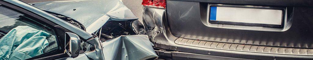 תקריב תאונת דרכים בין שני רכבים