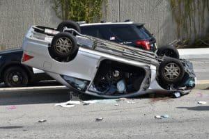 רכב הפוך אחרי תאונת דרכים
